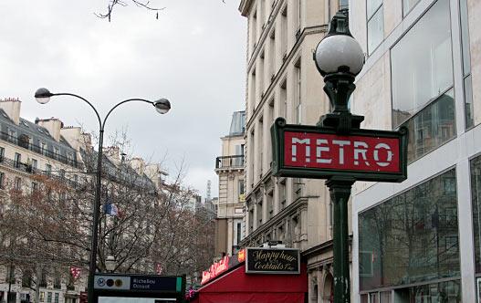 Метро в Париже. Один из видов уличных указателей